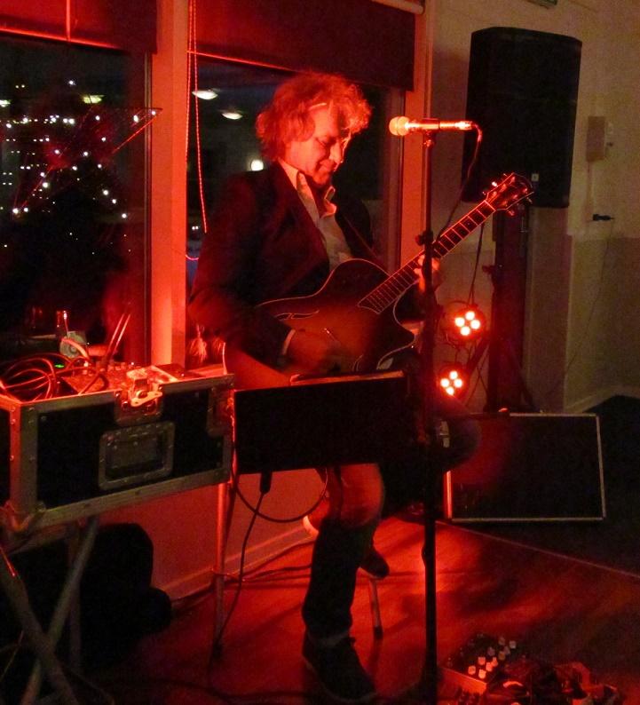 Peter Vildmand spiller på Fjordgården